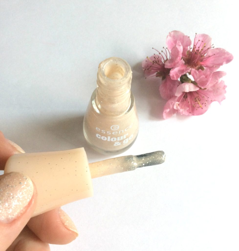 Essence_Colour&Go_Sparkle _Sand Effect_NailPolish_Hey nude_beautyinfiveminutescom3